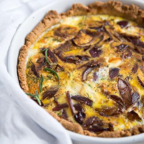 Tærte med karamelliserede løg, mozzarella og rosmarin