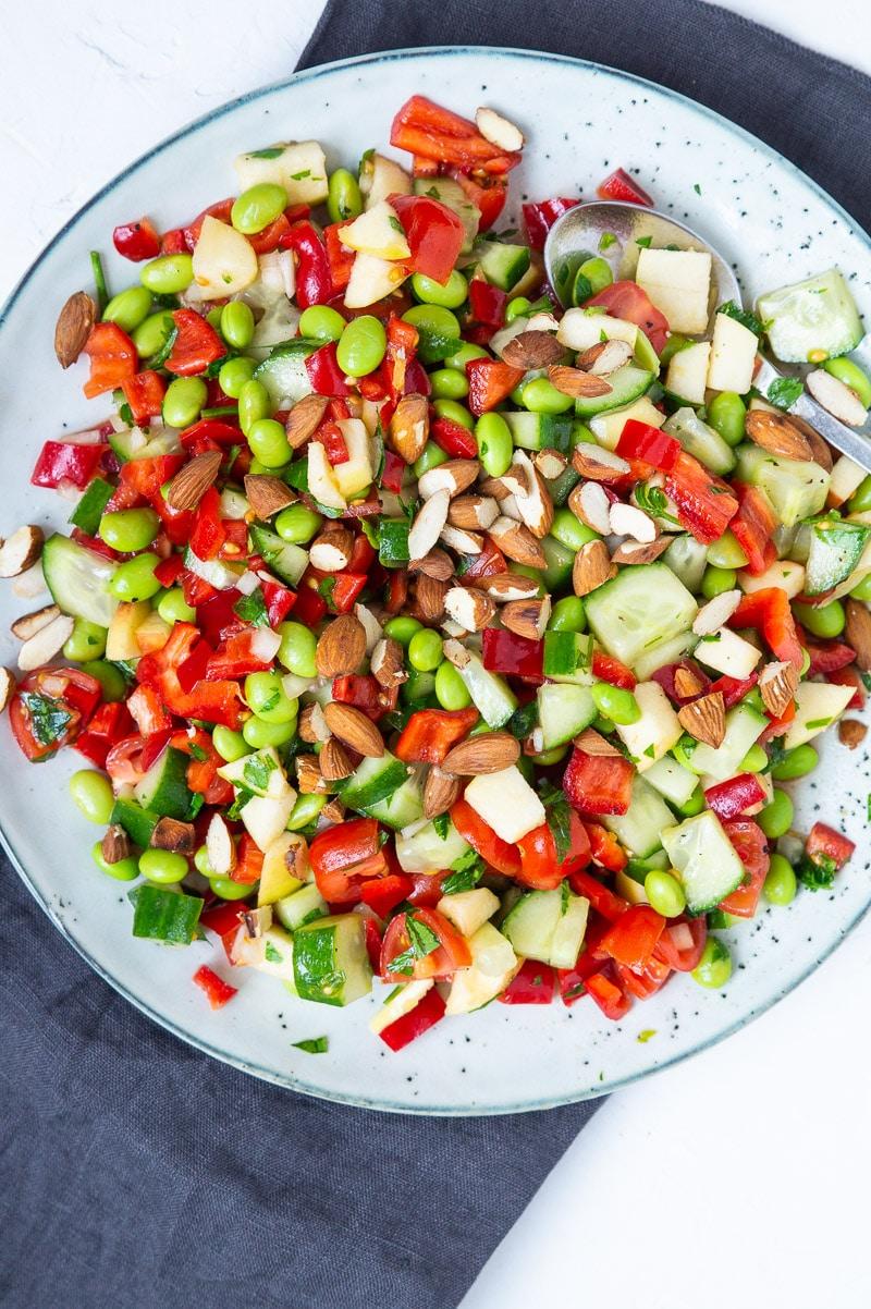 Simpel salat med peberfrugt, tomater og edamamebønner