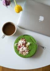 Min morgenmad – grøn smoothie med müsli og morgenmad på farten