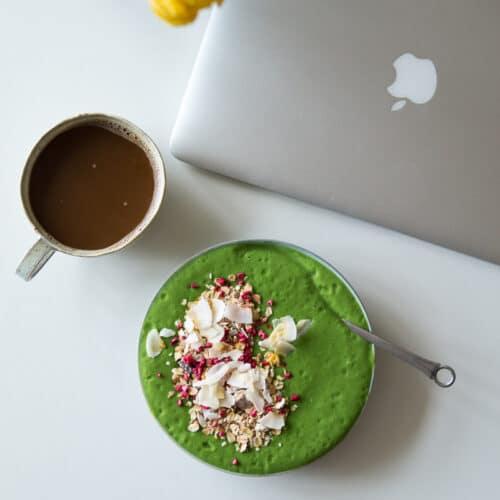 Min morgenmad - grøn smoothie med müsli og morgenmad på farten