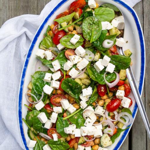 Græsk kikærtesalat med tomater, feta og oregano