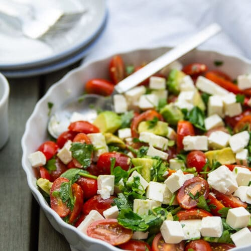 Simpel tomatsalat med avocado, persille og feta