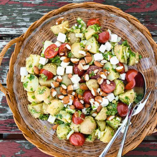 Kartoffelsalat med pesto, salatost og ristede mandler