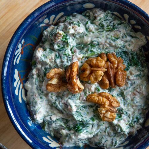 Persisk dip med yoghurt, kanel, valnødder, spinat og hvidløg