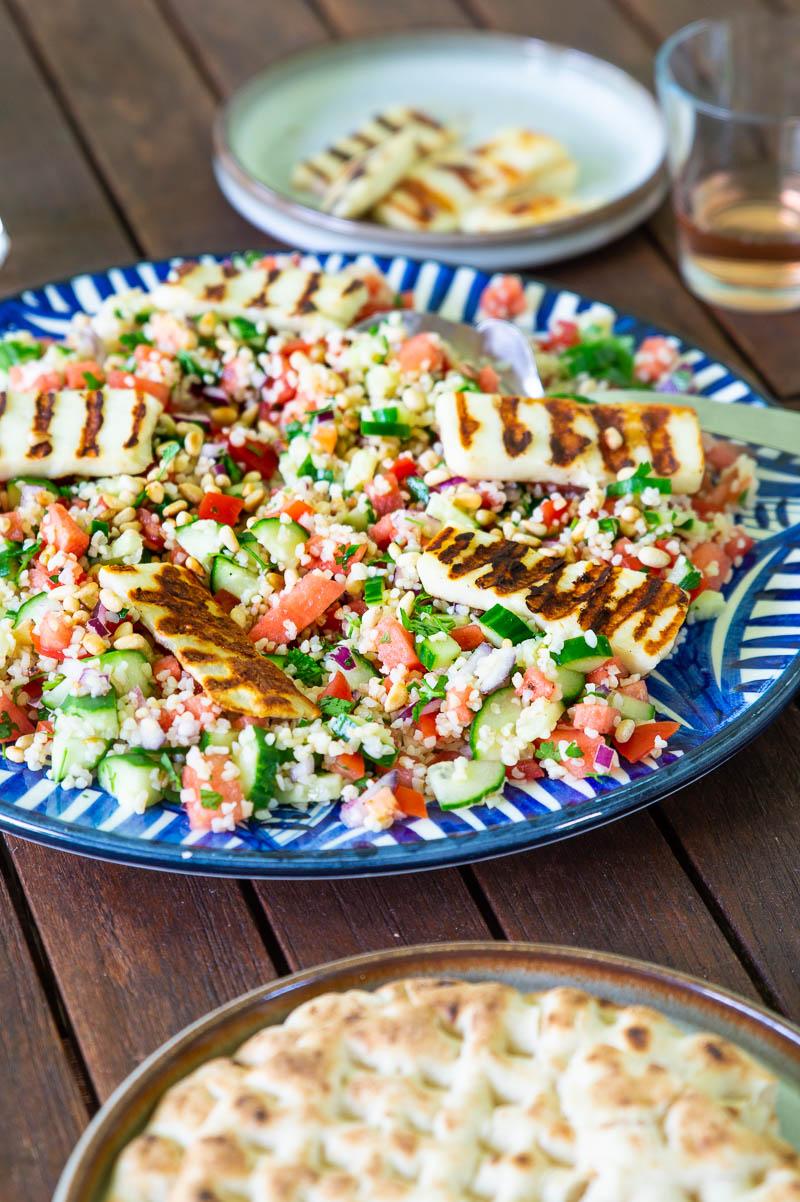 Sommersalat med bulgur, vandmelon, krydderurter og halloumi