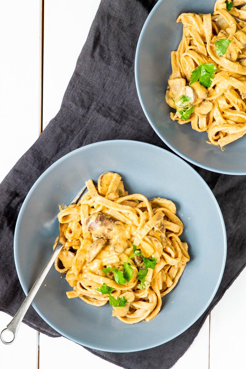 Spaghetti i cashewnødde-sauce med svampe