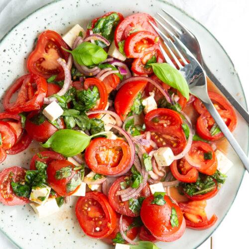 Tomatsalat med feta og basilikum