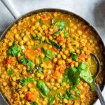 Indisk vegetarret med spinat og kikærter
