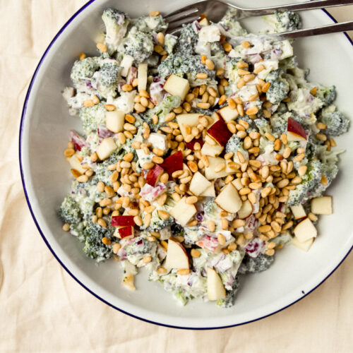 Broccolisalat med æble og græsk yoghurt