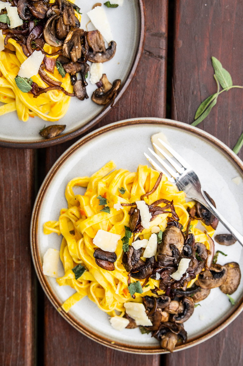 Pasta med græskarsauce og stegte svampe