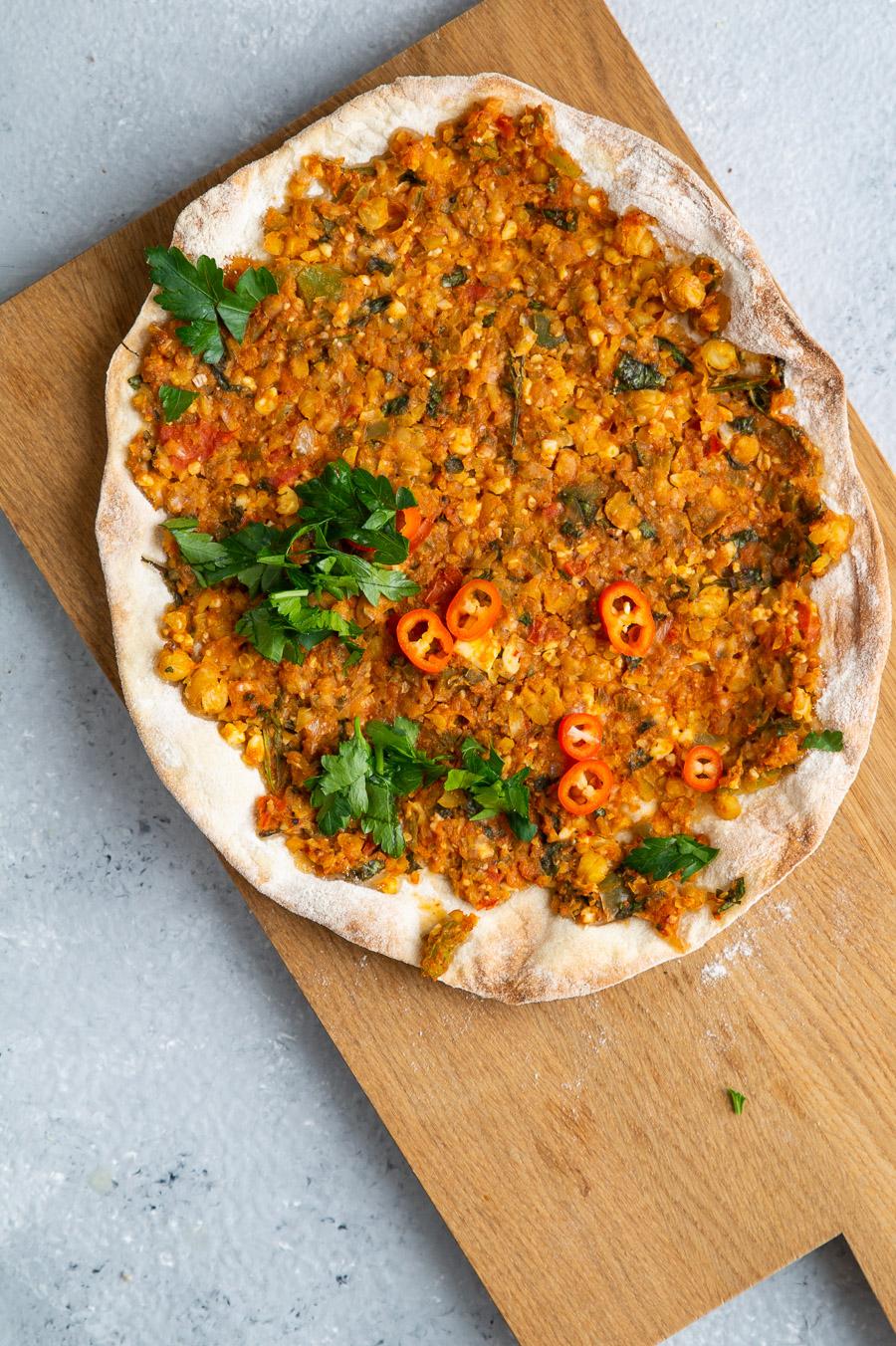 Vegetarisk lahmacun vegetarisk tyrkisk pizza