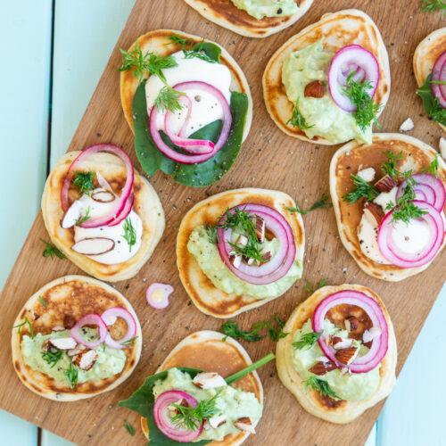 Vegetarisk blinis med guacamole syltede rødløg