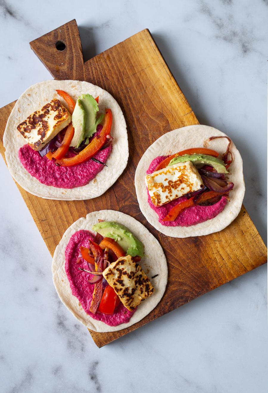 Tacos med halloumi, grønt og rødbedecreme