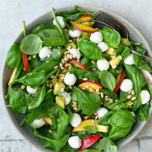 Salat-med-fersken-mozzarella-og-avocado